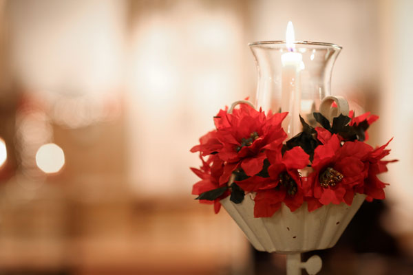 christmas wedding ideas - festive pew decorations